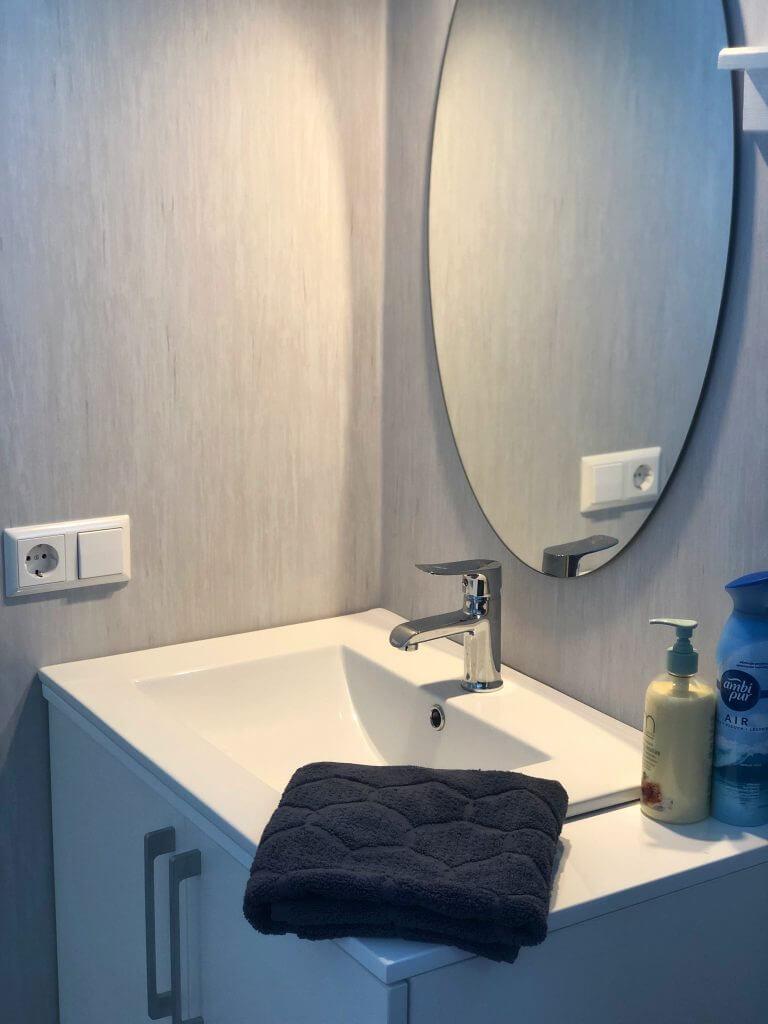 Kriauklė su veidrodžiu vonioje